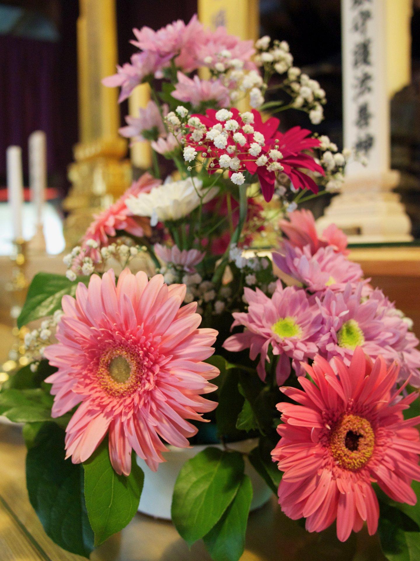 Fleurs et autel bouddhiste